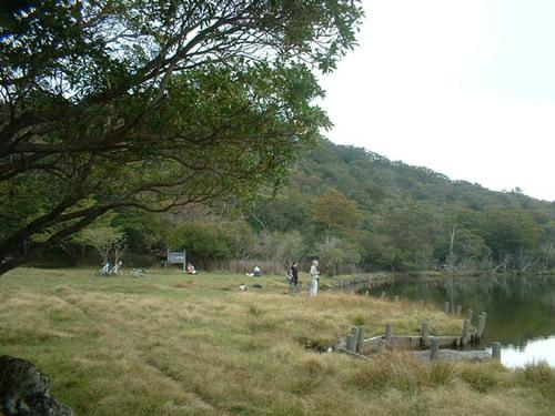 池を楽しむ人たち