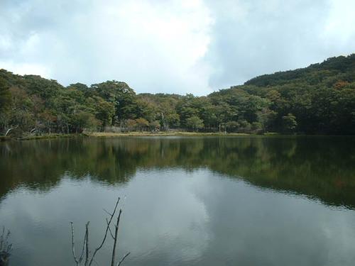 満々と水をたたえた八丁池